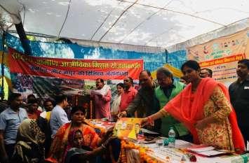 कौशल विकास मेला में केन्द्र और राज्य सरकार के मंत्री ने लाभार्थियों को बांटे लाखों के चेक