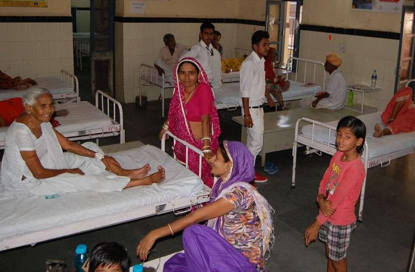 जिला अस्पताल : मरीज झेल रहे पंखों से आते गर्म हवा के थपेड़े