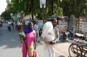 VIDEO बदायूं: सरकारी अस्पताल से नहीं मिला शव वाहन, कंधे पर लाश ढोने को मजबूर हुआ पति