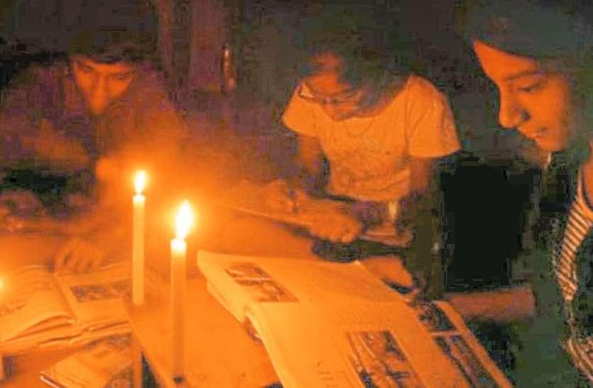 अंधेरे में कट रही ग्रामीणों की जिंदगी, नहीं मिला सौभाग्य योजना का लाभ