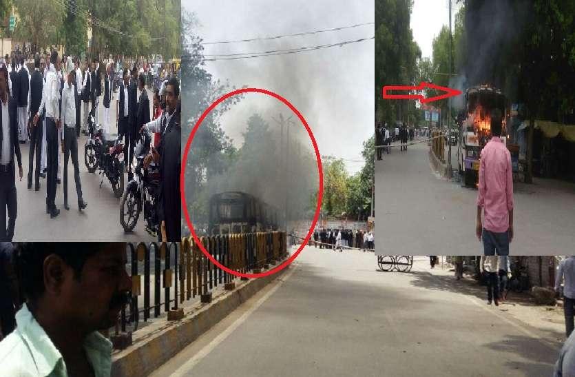 वकील की हत्या के बाद सुलगा इलाहाबाद: पूरा शहर जाम, आगजनी और तोड़फोड़, एडीजी सहित कई थानों की फोर्स मौजूद