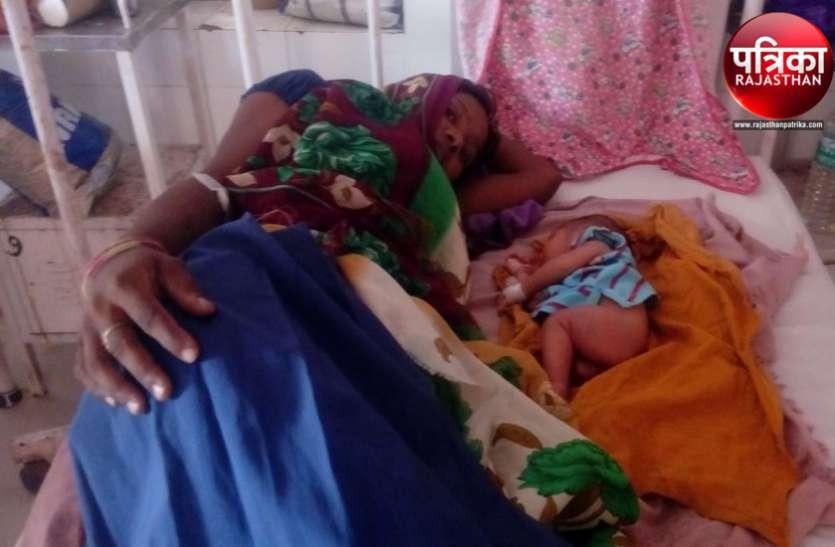 बांसवाड़ा : 90 नवजातों की मौत के बाद भी नहीं ले रहे सबक, जन्म से ही टूटे नवजात के पैर का तीन दिन बाद किया उपचार