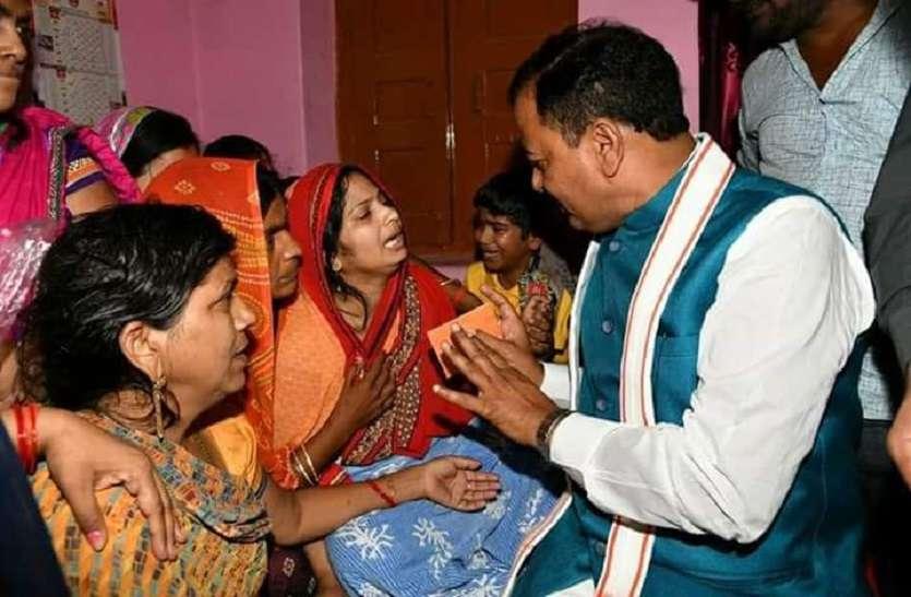 डिप्टी सीएम को देख फूटकर रोने लगी बीजेपी नेता की पत्नी, पूछा कैसे जिएंगे हम, केशव मौर्य की आंखों में भी आ गए आंसू