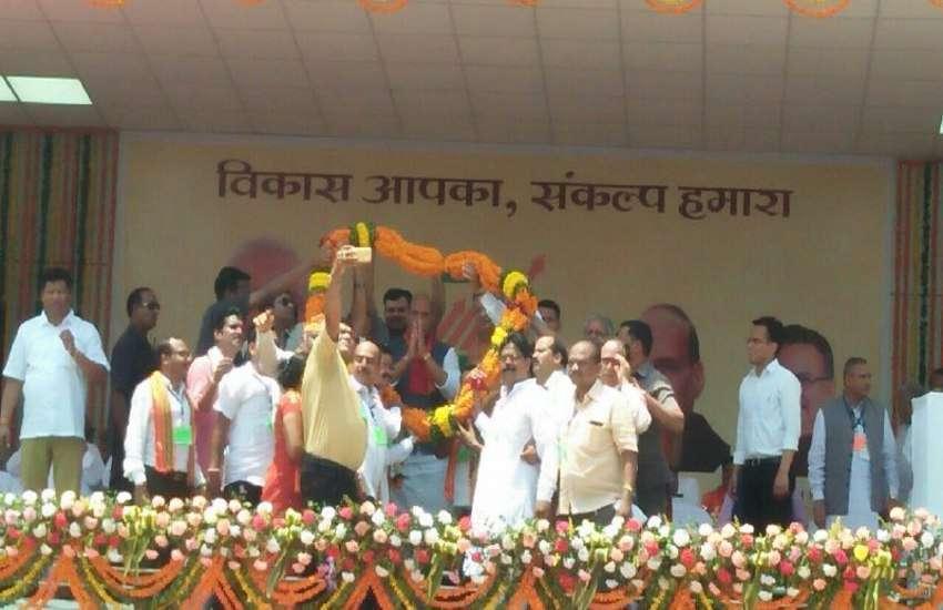 गृहमंत्री राजनाथ सिहं पहुंचे दंतेवाड़ा, जनता का लिया आर्शीवाद, मंच पर कर रहे संबोधन