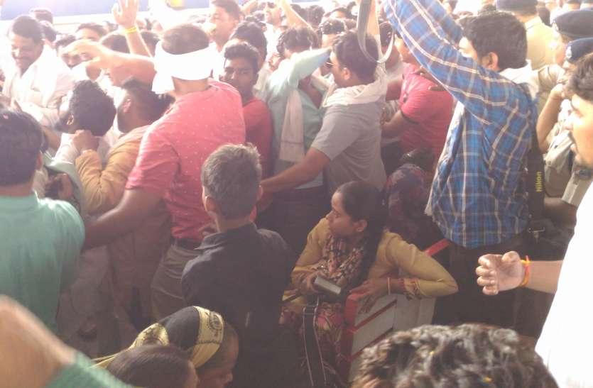 निरंकुश हुए कांग्रेसी, यात्रियों से की धक्का-मुक्की, अरुण यादव भी हुए शिकार