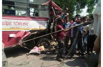 रोडवेज बस और डीसीएम की टक्कर में चालक की मौत, कई घायल, देखें भीषण हादसे की तस्वीरें