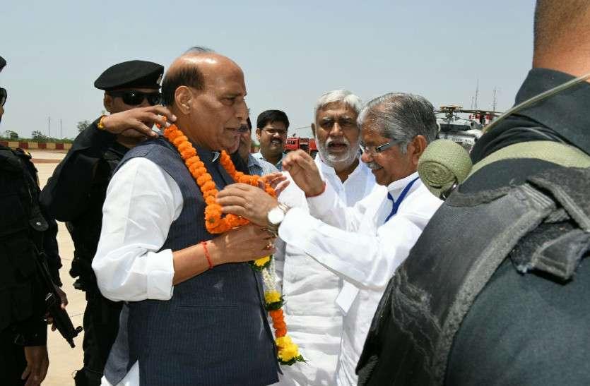 केन्द्रीय गृहमंत्री राजनाथ पहुंचे दंतेवाड़ा, हरी झंडी दिखाकर विकास यात्रा को करेंगे रवाना