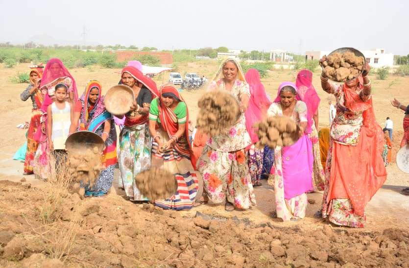 अमृतम जलम अभियान--- मेडिय़ा तालाब पर छलकी श्रम की बूंदे