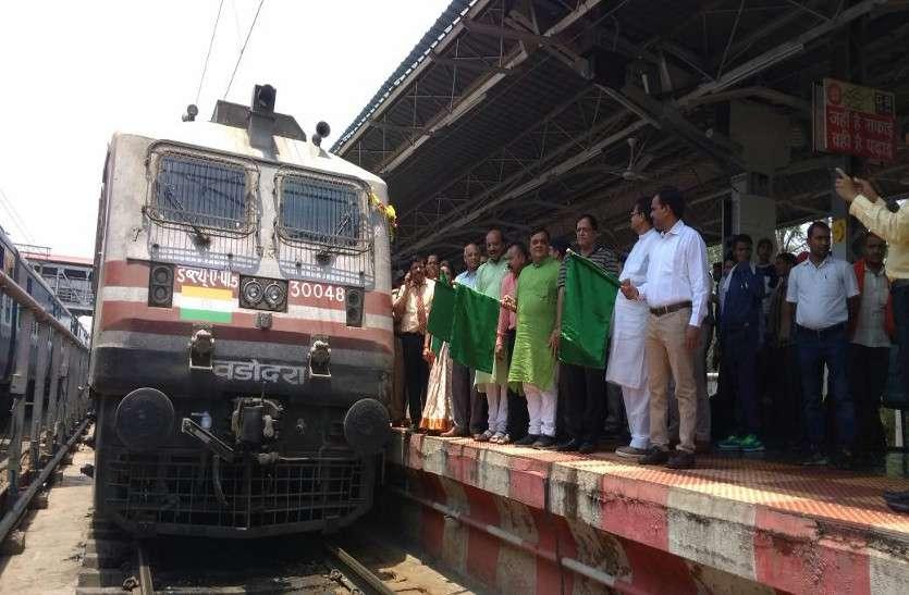 ये 10 खूबियों वाली इंदौर-पुरी हमसफर एक्सप्रेस पहुंची रायपुर, हरी झंडी दिखाकर किया रवाना