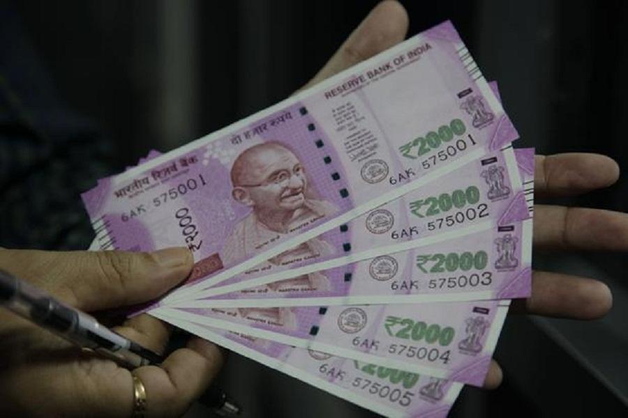 बैंकों में नहीं जमा करा सकेंगे 2000 और 200 के नोट, सच्चाई जानने के बाद पैरों के नीचे से खिसक जाएगी ज़मीन
