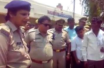 सफाई कर्मी को जातिसूचक शब्द कहने पर हुआ हंगामा, पुलिस के खिलाफ की नारेबाजी