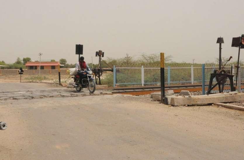 बनाड़ के पास स्थित रेलवे फाटक ऐसे दे रही हादसों को आमंत्रण
