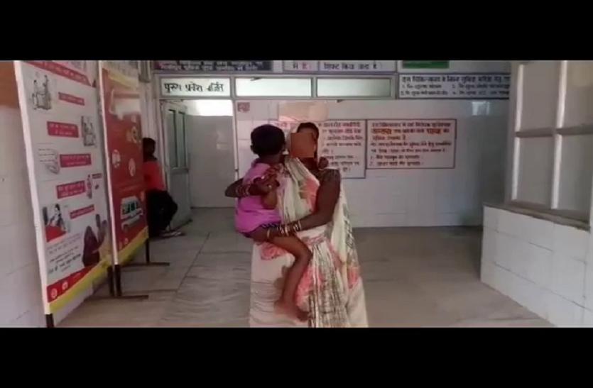 चचेरे भाई ने बिस्किट और दो रुपए देकर पांच साल की बहन को स्कूल के पीछे बुलाया और किया रेप