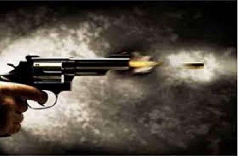 Breaking इलाहाबाद में बदमाशों ने नजम हाशमी को दिनदहाड़े मारी गोली, ताबड़तोड़ फायरिंग कर लहराया तमंचा