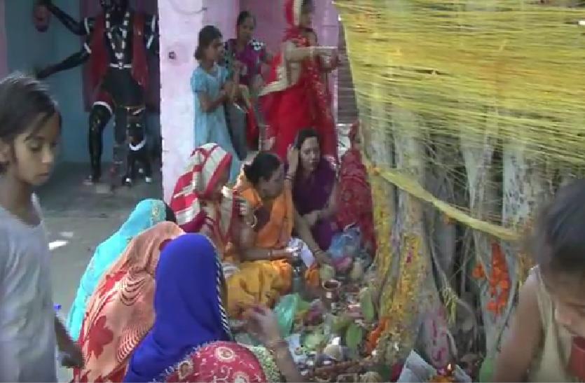 पति की लंबी उम्र के लिए सुहागिन महिलाओं ने रखा वट सावित्री व्रत, नव विवाहिताओं में भी दिखा उत्साह, देखें वीडियो