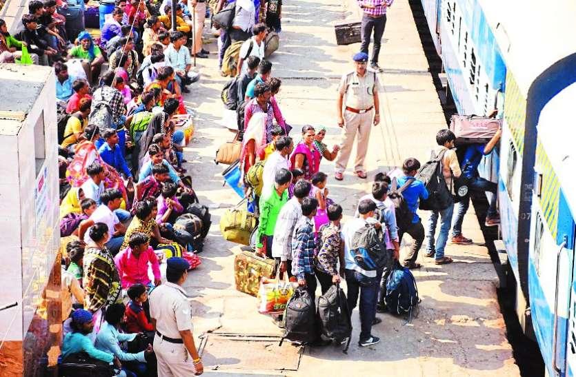ताप्ती गंगा एक्सप्रेस के जनरल कोच में एक-एक सीट के लिए मारामारी