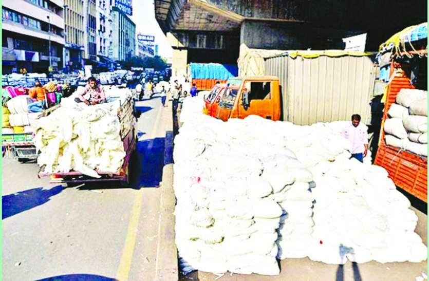 कपड़ा मार्केट से रोजाना 8 लाख के पार्सल और पोटलों की चोरी