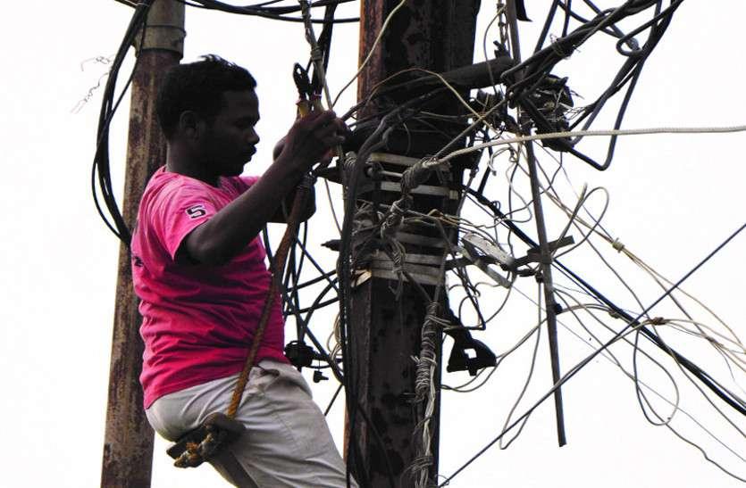 Weather: आंधी ने बिजली व्यवस्था की अस्त-व्यस्त , आधा शहर रहा ब्लैक आउट, अभी भी चल रहा मेंटेनेंस वर्क