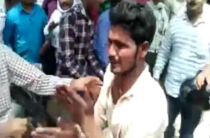 भरे बाजार में दिन दहाड़े चुराया चाचा भतीजे का मोबाइल, लोगों ने पीट-पीटकर किया अधमरा