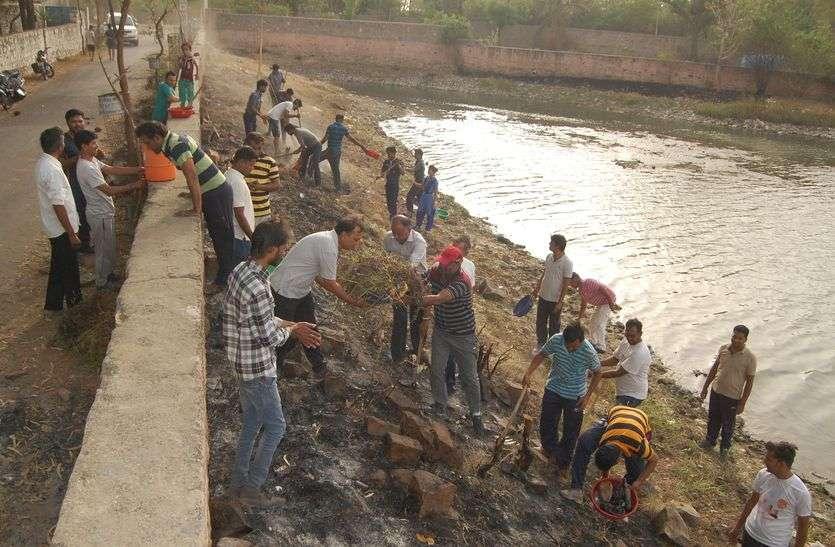 अमृतं जलम् अभियान : श्रम यज्ञ में 'शहरी सरकार की आहुति, लाखोटिया की तस्वीर बदलने का दावा