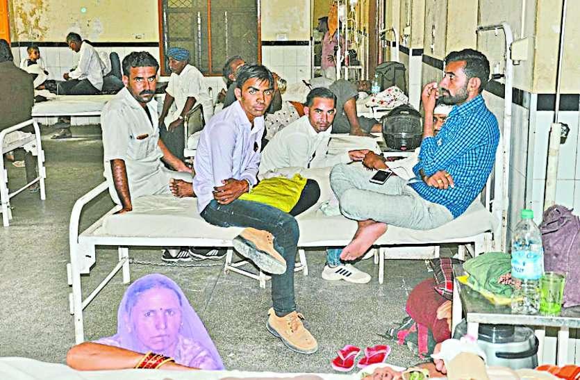 बाड़मेर अस्पताल वार्ड में लोगों का जमावड़ा,कहीं नहीं रोक-टोक,जानिए पूरी खबर
