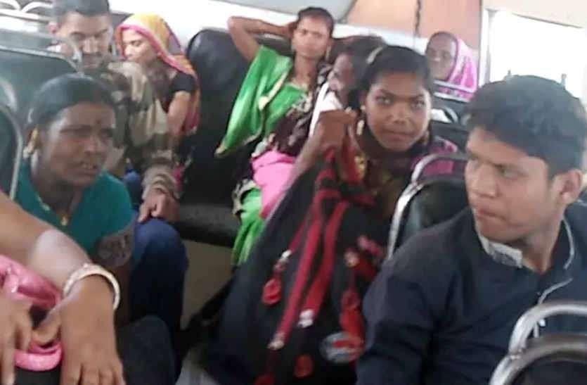 चलती बस में चालक से की मारपीट तो यात्रियों से भरी बस हो गई असंतुलित, थाने पर जाकर रोकी बस तो आरोपितों को धरा