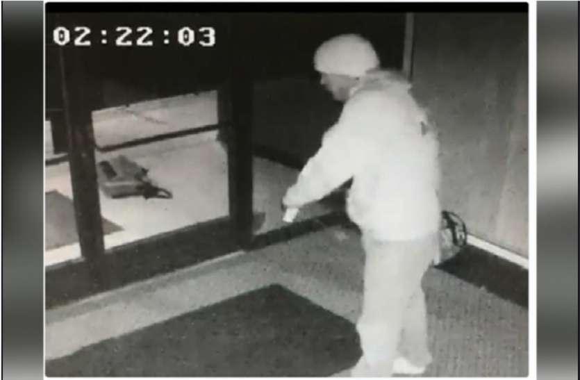 VIDEO : चोरी करने के बाद चोर सीसीटीवी कैमरे को देखकर करने लगा ये काम, लोग हुए हैरान