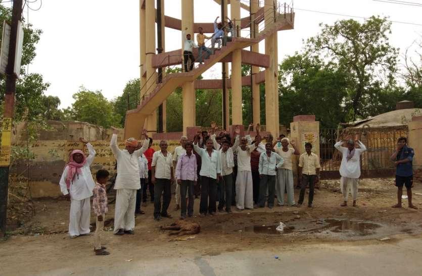 राजस्थान के इस गांव में पेयजल के लिए टंकी पर चढ़ गए लोग