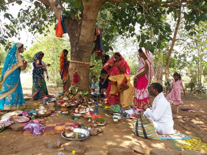 पति की लंबी उम्र और अखंड सौभाग्य पाने 16 श्रृंगार कर वट वृक्ष के नीचे पहुंची महिलाएं ...