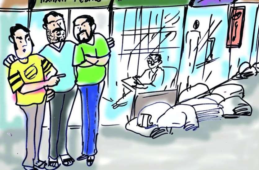कपड़ा व्यापारियों ने फिर पकड़ा पार्सल चोर, पुलिस के हवाले किया