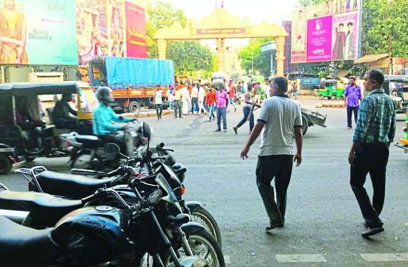 पुलिस ने कपड़ा मार्केट क्षेत्र से हटवाए कई अतिक्रमण