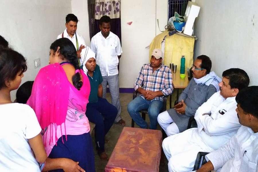 आप नेता संजय सिंह फ्लाइओवर हादसा पीड़ित की पीड़ा सुनते