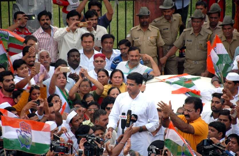 कर्नाटक में लोकतंत्र की हत्या का आरोप, कांग्रेसी उतरे सड़क पर