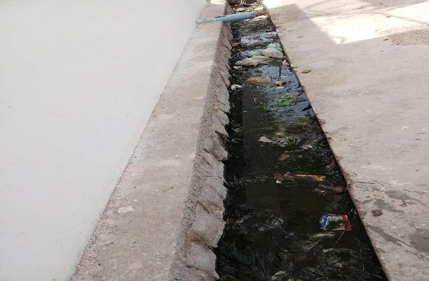 पानी और कचरे से लबालब हुई नालियां,  दुर्गंध से लोग परेशान