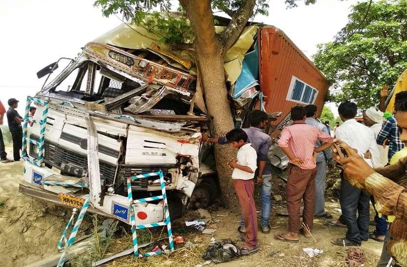 बेकाबू ट्रक की टक्कर से बिजली पोल टूटा, शिवपाल सिंह यादव का था इलाका
