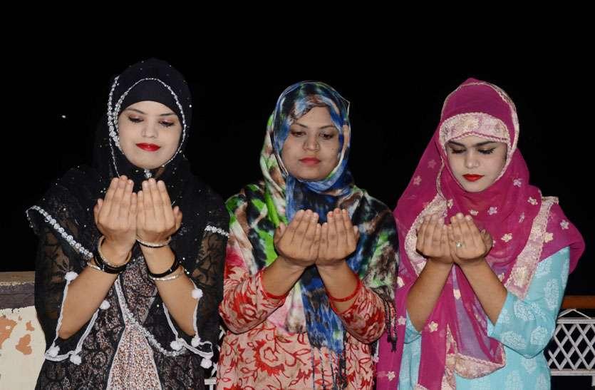 रमजानुल का चांद देख एक-दूसरे को मुबारकबाद दे मांगी दुआएं, मस्जिदों में तरावीह की विशेष नमाज शुरू