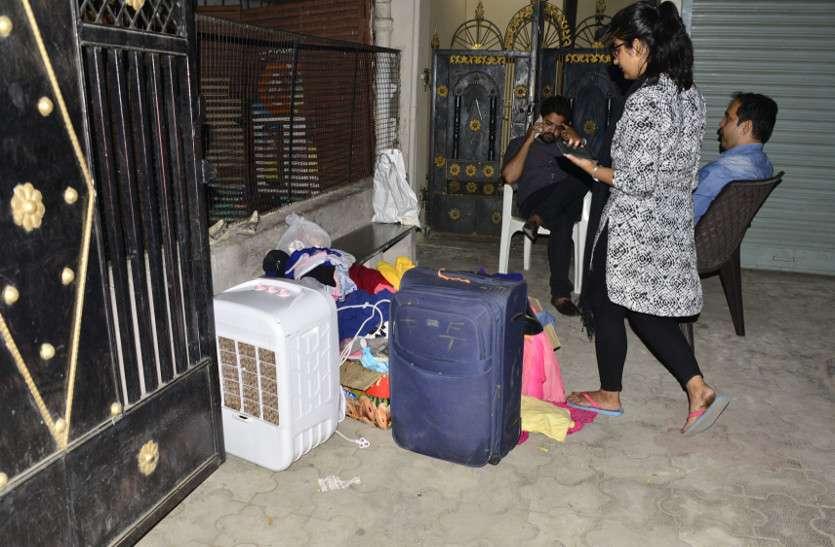 दहेज में अंधे हो गए ससुराल वाले, सामान के साथ बहू को घर से निकाला