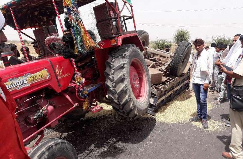 महापुरा गांव के पास ट्रैक्टर-ट्रॉली पलटने से वृद्धा की मौत, डेढ़ दर्जन से अधिक घायल