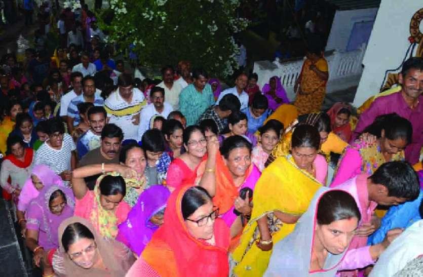 हिंडोलने में झूला झुले श्रीनाथजी और कांच के बंगले में बिराजे श्री द्वारकाधीश