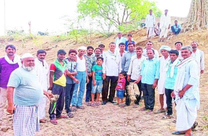 ग्रामीणों ने किया तलाई में श्रमदान,अमृतम् जलम् अभियान के तहत कस्बा पीपलवाड़ा राजकीय उच्च माध्यमिक विद्यालय फिल्ड के पास तलाई पर