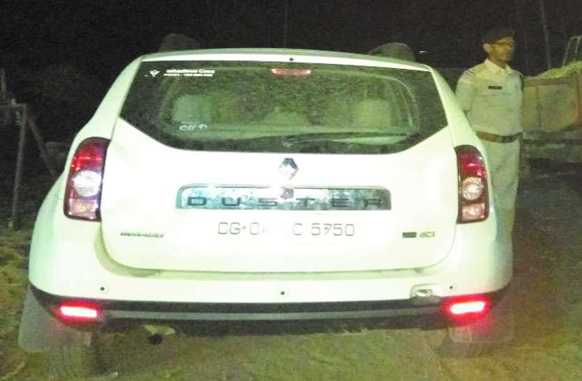 पीडब्ल्यूडी के लेखा अधिकारी की चोरी हुई डस्टर कार झाडिय़ों में मिली