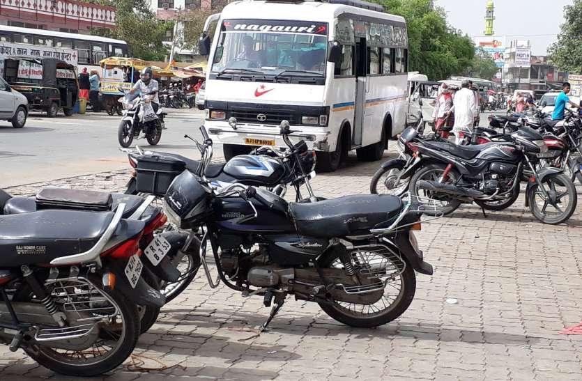 मनमर्जी की पार्किंग...जहां चाहा, खड़ा कर दिया वाहन