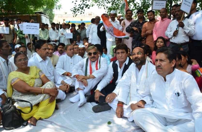 कर्नाटक के राज्यपाल के विरोध में कांग्रेस का प्रदर्शन, राजबब्बर ने दिया बड़ा बयान