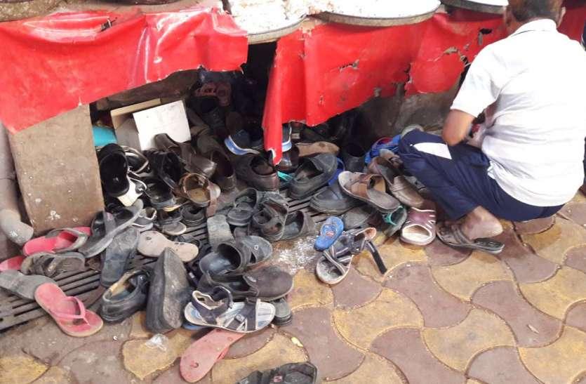 JAISALMER NEWS- यहां दर्शनार्थ आने वाले श्रद्धालुओं वापिस नहीं मिलते जूते, ट्रोलियों में भर ले जाते है यह...