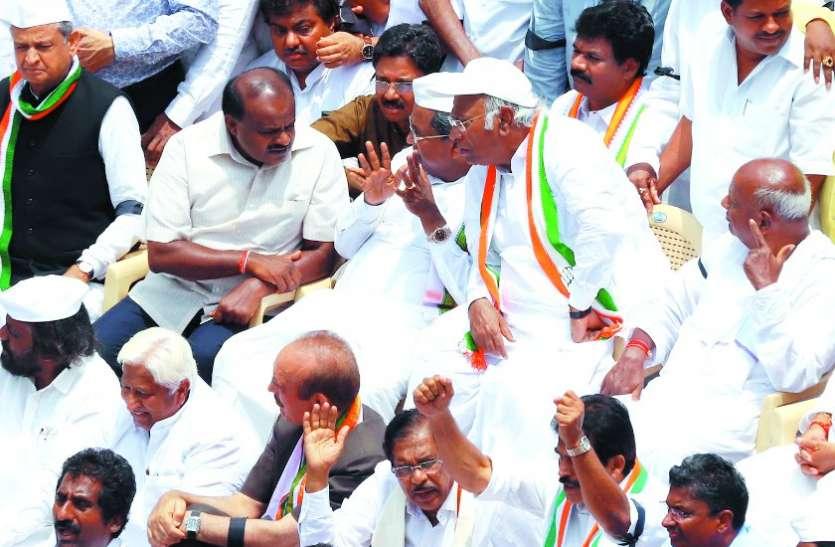 कांग्रेस व जद (ध) के विधायकों ने दिया धरना