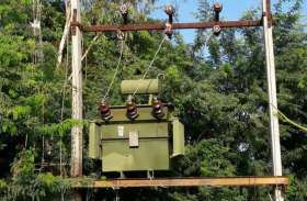 दो ट्रांसफार्मर फटे, बिजली-पानी बंद