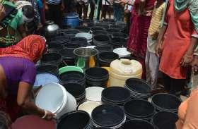 अलवर में पानी के लिए भारी मारामारी, एक टैंकर पर पानी के लिए इस तरह टूट पड़ी महिलाएं, देखें वीडियो