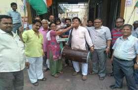 कर्नाटक फ्लोर टेस्ट से पहले येदियुरप्पा का इस्तीफा, कांग्रेसियों ने मनाया जश्न, देखें तस्वीरें