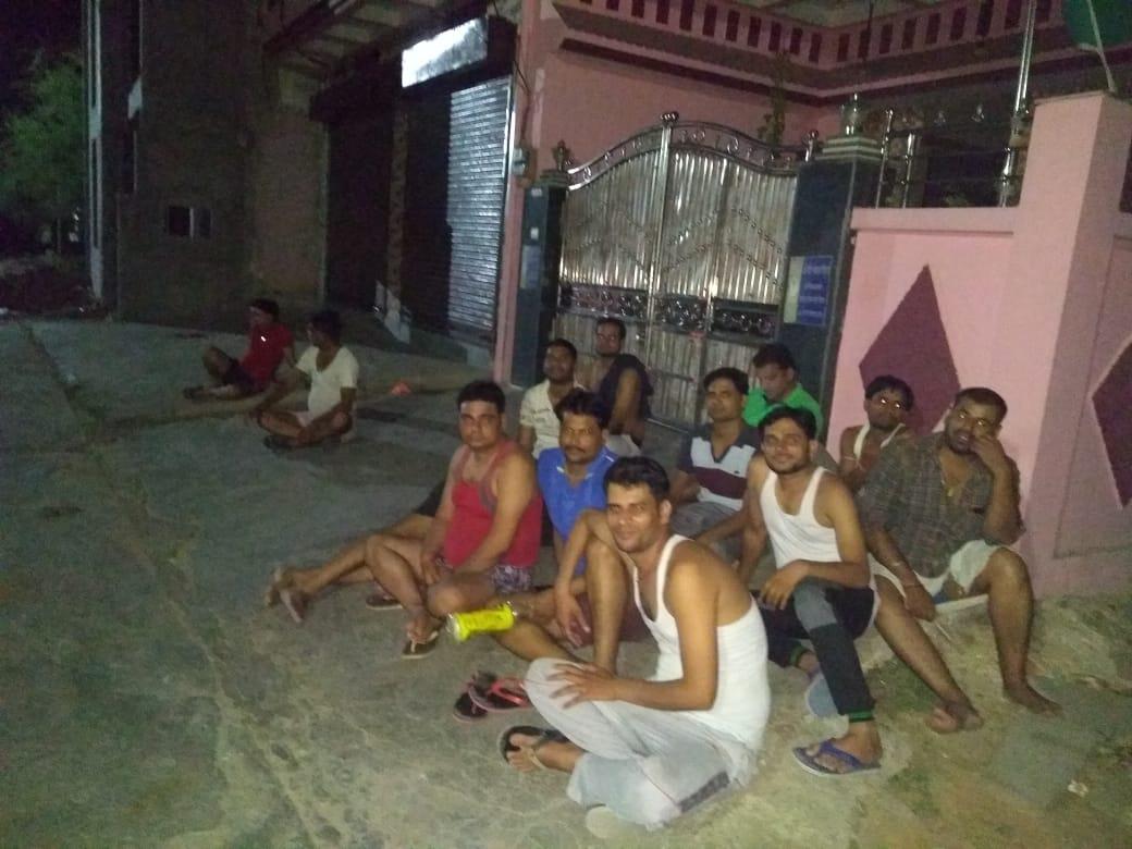गढ़-मढोरा बिजली से अछूता, लोग लालटेन जलाकर रोशन-पूर्ति कर रहे; सरकारी वादे में अधिकारियों ने पलीता लगाया