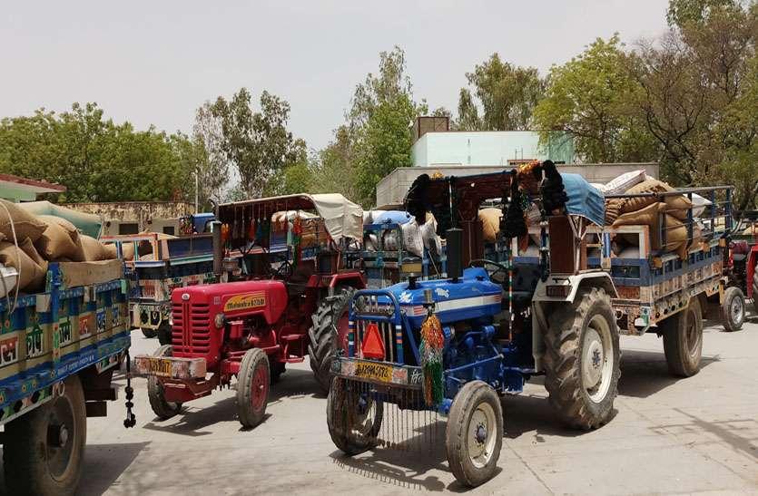 समर्थन मूल्य खरीद केन्द्र पर उमड़ रहे किसान, जिन्स से लदे ट्रैक्टर-ट्रालियों की लग रही कतारे